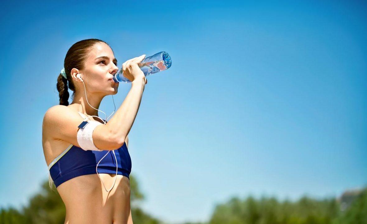 devojka koja pije vodu