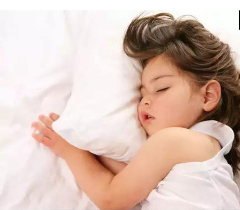 devojcica spava