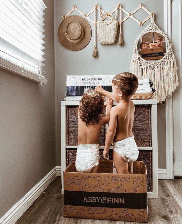 bebe sa pelena stoje u kutiji