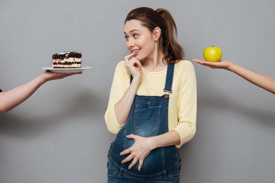 trudnica se dvoumi izmedju jabuke i kolača