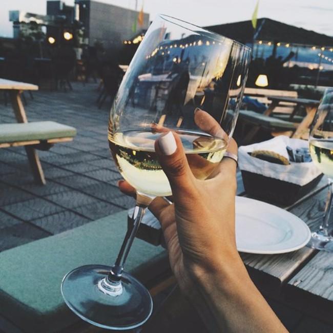 devojka koja pije vino